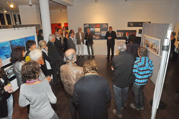 Viele Gäste hören zwischen den Ausstellungswänden zu