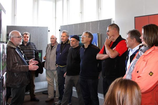 Anton Asen (links) erklärt das Konzept der Ausstellung