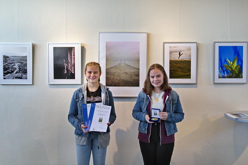 Die Schwäbische Jugend vor ihrer Bilderwand in der Ausstellung