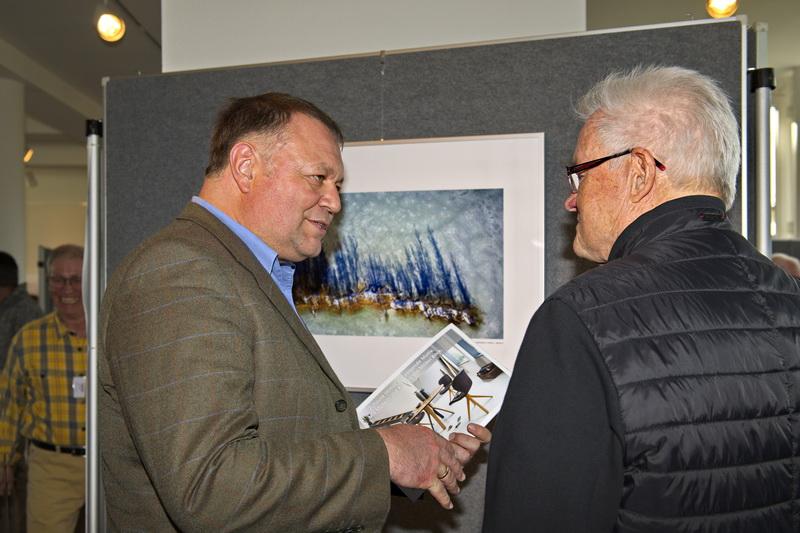 Thomas Eigstler; Wiggensbachs Bürgermeister, unterhält sich mit Jürgen Mainka (rechts) von den Fotofreunden
