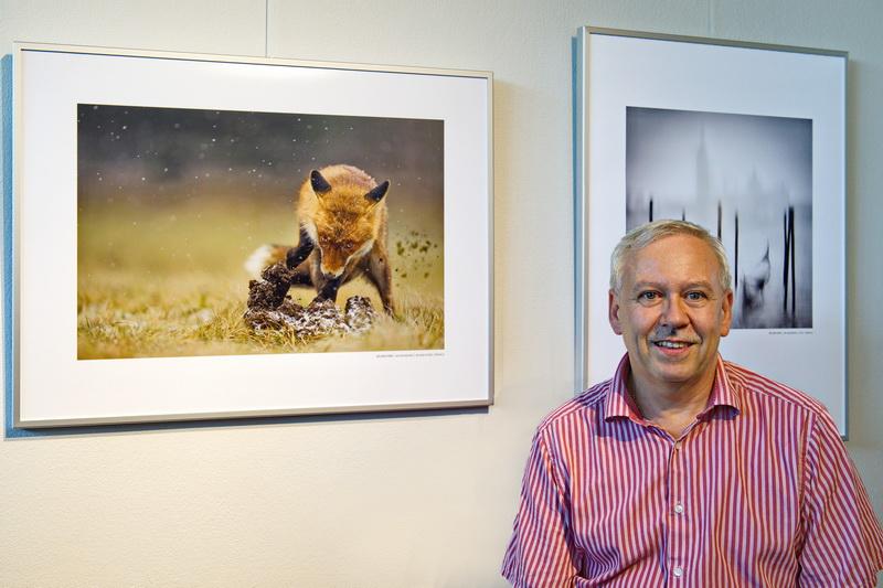 Roland Hank, Schwäbischer Fotomeister vor seinen beiden Medaillenbildern