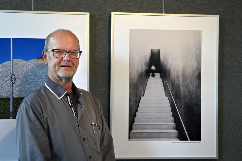 "Michael Weinmann neben seinem Medaillenbild ""KUBan walkway"""