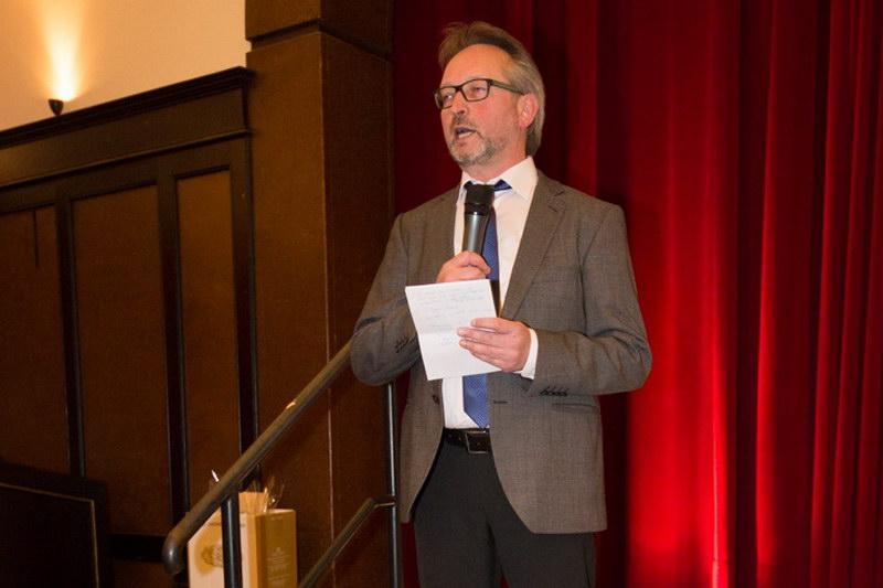 Clubvorsitzender Manfred Köhler begrüßt alle zur Jahresfeier