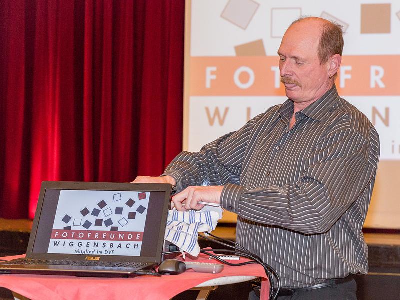 Norbert Gehrmann konzentriert vor seinem Auftritt...